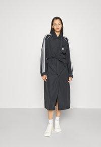 adidas Originals - TRENCH ORIGINALS ADICOLOR PRIMEGREEN COAT - Trenchcoat - black - 0