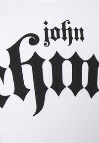 John Richmond - FONDULAC - Triko spotiskem - white - 2