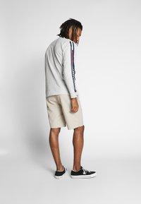 Tommy Jeans - LONGSLEEVE TAPE TEE - Langærmede T-shirts - grey - 2