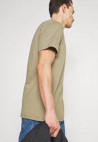 Selected Homme - SLHNORMAN O NECK TEE - Basic T-shirt - aloe - 5