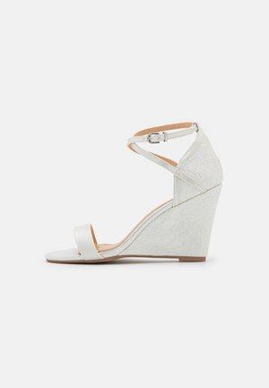 KAREN - Sandalen met sleehak - white