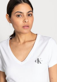 Calvin Klein Jeans - MONOGRAM SLIM V-NECK TEE - T-shirt basic - white - 4