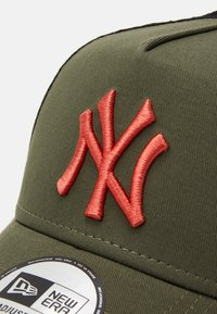 New Era - LEAGUE ESSENTIAL TRUCKER UNISEX - Cap - olive