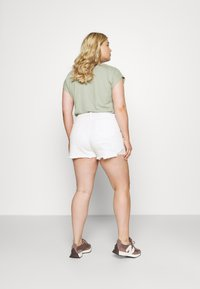 Missguided Plus - EXTREME RIP - Denim shorts - white - 2