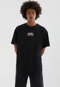 PULL&BEAR - ABGESETZTEM TEXT - Print T-shirt - mottled black - 0