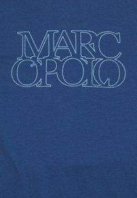 Marc O'Polo - SHORT SLEEVE CREW NECK ARTWORK ON CHEST - Triko spotiskem - murphy marine - 2