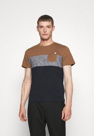 CUTLINE - T-shirt med print - brown oak