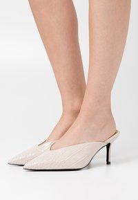 NA-KD - POINTY VCUT MULES - Pantofle na podpatku - nude - 0