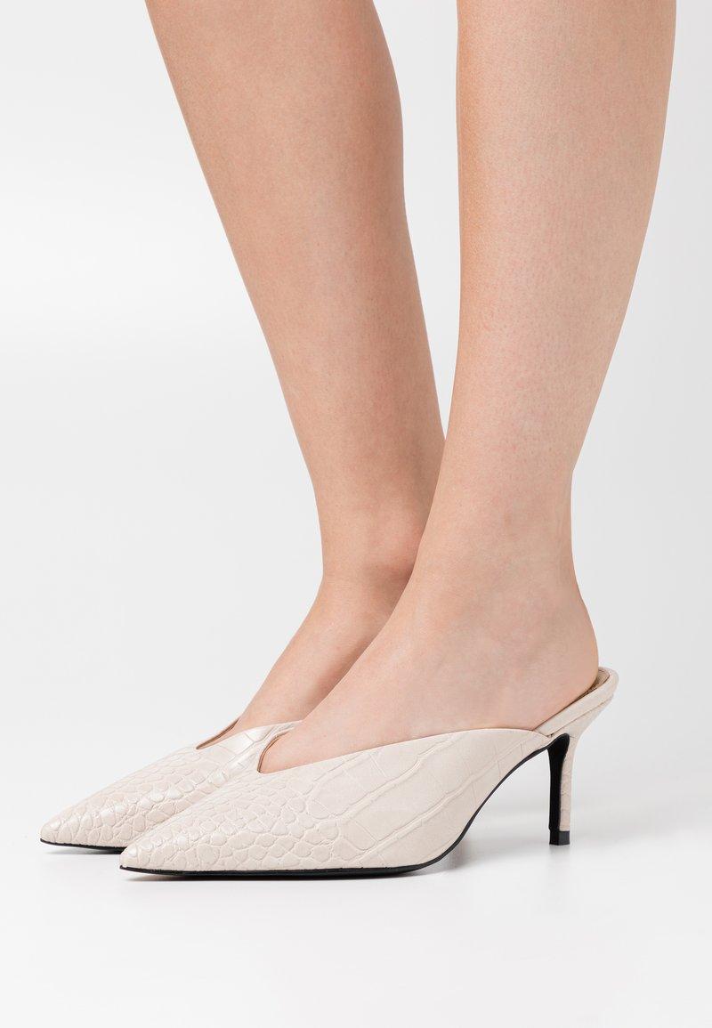 NA-KD - POINTY VCUT MULES - Pantofle na podpatku - nude