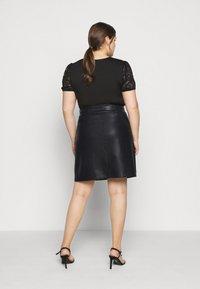 Noisy May Curve - NMNEW REBEL SHORT SKIRT CURVE - Leather skirt - black - 2