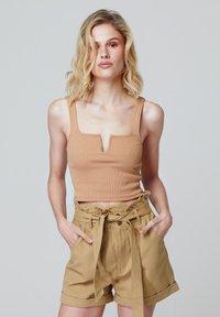 FELIPE ALBERNAZ - Shorts - camel - 0