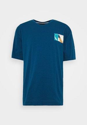 CLUB NOMADE TEE - T-shirts print - petrol blue