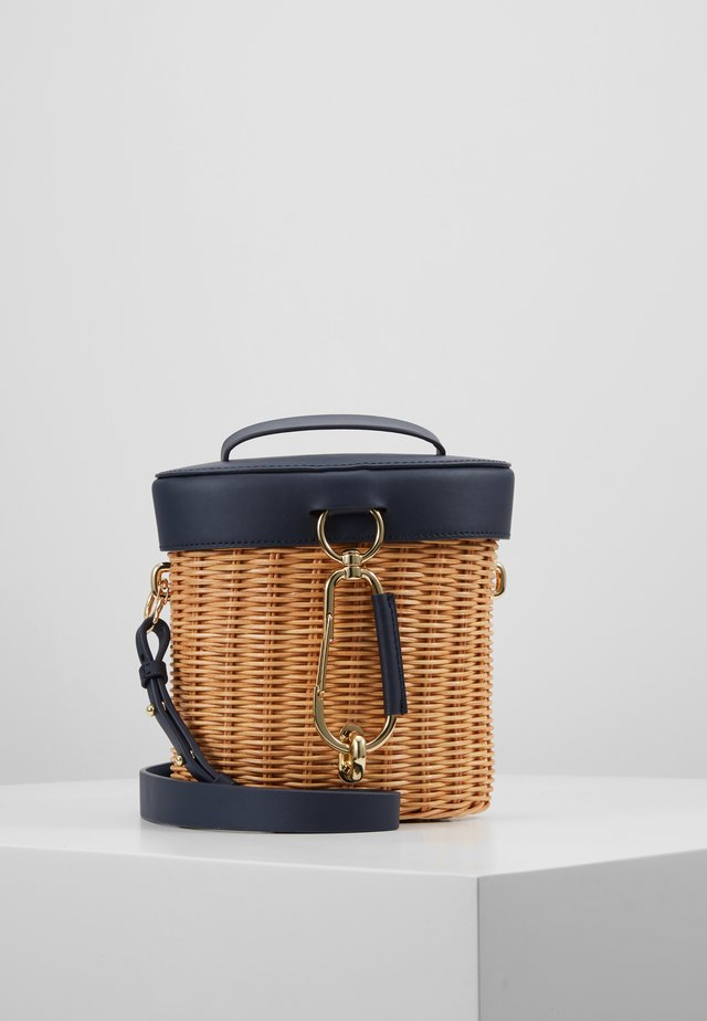 BELAY TOP HANDLE CANTEEN WICKER - Torba na ramię - parisian nights