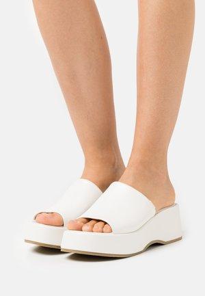 VIBE - Pantofle na podpatku - white