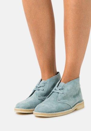 DESERT BOOT - Šněrovací kotníkové boty - ocean blue