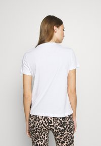 Versace Jeans Couture - T-shirts med print - white/gold - 2