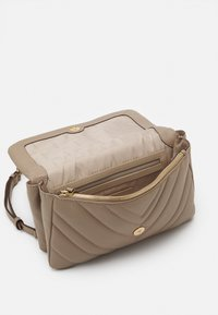 DKNY - VIVIAN DOUBLE SHOULDER FLAP  - Håndveske - toffee - 2