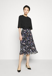 DKNY - PRINTED PLEATED SKIRT WAIST BAND - A-snit nederdel/ A-formede nederdele - black/multi - 1
