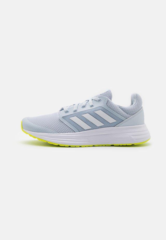 GALAXY 5 - Neutrální běžecké boty - halo blue/footwear white/solar yellow