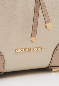 MICHAEL Michael Kors - MERCER GALLERY XBODY MERCER PEBBLE SET - Håndtasker - sand - 6