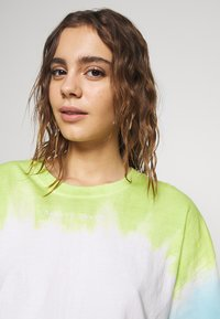 Abrand Jeans - CROPPED OVERSIZED TEE - Print T-shirt - white/lime/bora blue - 4