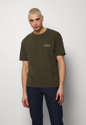 ODYSSEY TEE - Print T-shirt - khaki