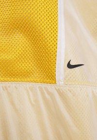 Nike Sportswear - W NSW TCH PCK - Cortaviento - dark citron/white/black - 7