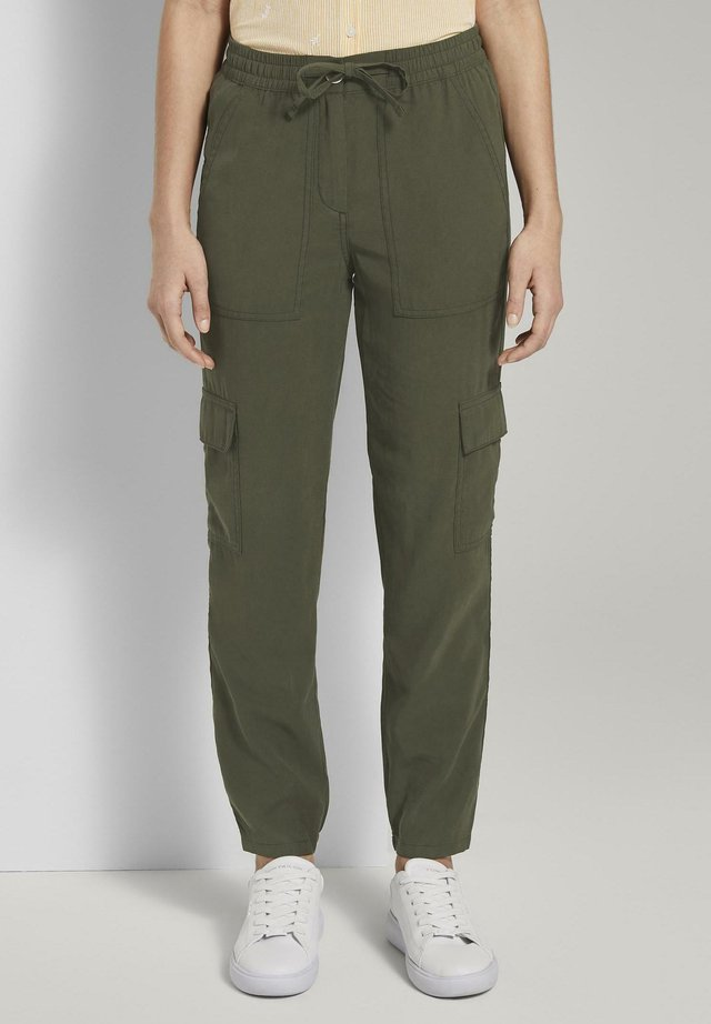 HOSEN & CHINO CARGO HOSE IM LOOSE FIT - Reisitaskuhousut - woodland green