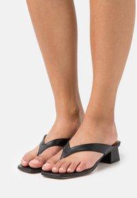 ÁNGEL ALARCÓN - Sandály s odděleným palcem - black - 0