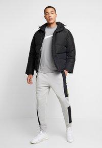 Nike Sportswear - M NSW NIKE AIR PANT FLC - Tracksuit bottoms - smoke grey/black/volt - 1