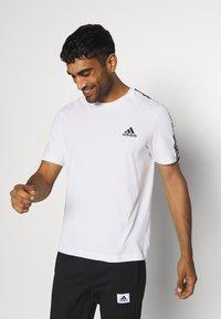 adidas Performance - ESSENTIALS TRAINING SPORTS SHORT SLEEVE TEE - Camiseta estampada - white/black - 0