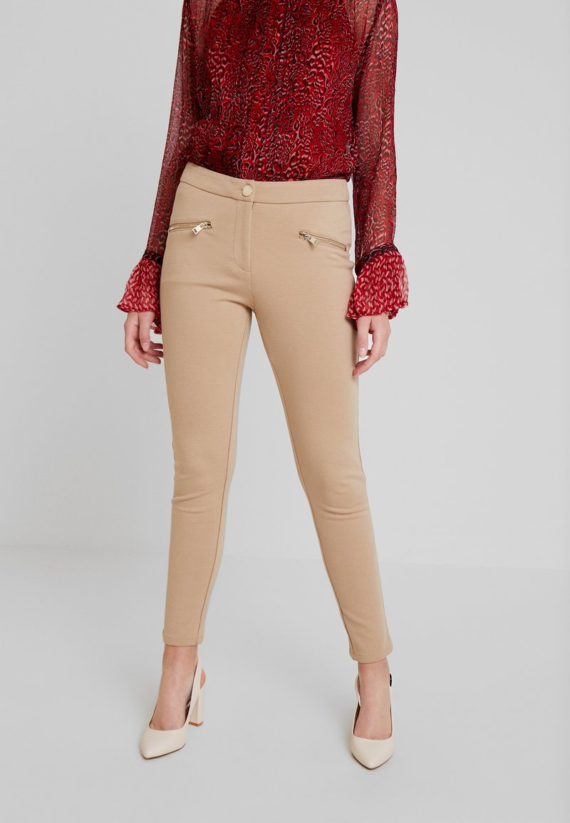 Cortefiel - PONTE BASIC TROUSERS WITH ZIPPER POCKETS - Leggings - Trousers - beige
