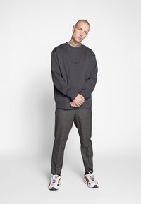 Mennace - ESSENTIAL REGULAR SIGNATURE - Sweatshirt - charcoal - 1