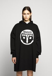 MM6 Maison Margiela - LOGO HOODIE DRESS - Žerzejové šaty - black - 0
