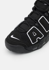 Nike Sportswear - AIR MORE UPTEMPO UNISEX - Sneakers laag - black/white - 5