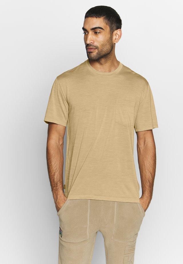 NATURE DYE DRAYDEN POCKET CREWE - T-Shirt basic - almond