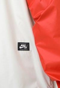 Nike SB - ANORAK PACK HOOD - Windbreaker - vintage coral/light bone/hyper royal - 5