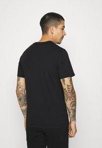 Levi's® - HOUSEMARK GRAPHIC TEE UNISEX - Print T-shirt - left chest batwing caviar - 2