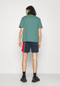 Karl Kani - SIGNATURE BLOCK - Shorts - navy - 2