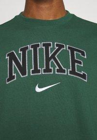 Nike Sportswear - RETRO CREW - Sweatshirt - noble green - 5