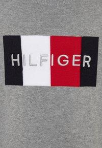 Tommy Hilfiger - LOGO - Svetr - grey - 2