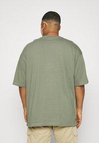 Shine Original - OVERSIZED TEE BIGUNI - T-shirt - bas - dusty army - 2