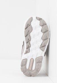 Viking - VEME MID GTX - Hiking shoes - pearlgrey/violet - 4
