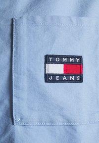 Tommy Jeans - REGULAR BADGE SHIRT - Košile - moderate blue - 2