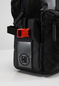 Superdry - FREELOADER LAPTOP BAG - Taška na laptop - black - 6