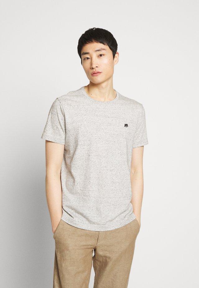 LOGO TEE  - T-shirts - smoking grey global