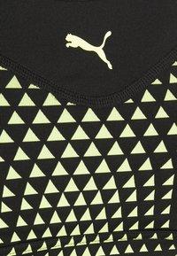 Puma - MID IMPACT GRAPHIC LONG LINE BRA - Sujetadores deportivos con sujeción media - black/soft fluo yellow - 2