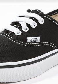 Vans - AUTHENTIC - Tenisky - black/true white - 8