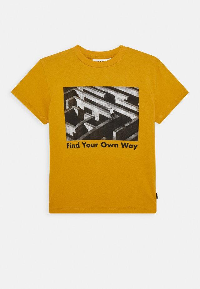 ROXO - Camiseta estampada - ancient gold