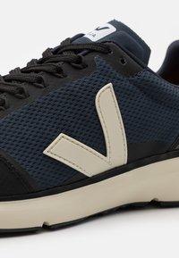 Veja - CONDOR 2 - Chaussures de running neutres - nautico/pierre/black - 5